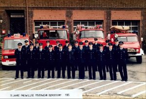 Aktive der Einsatzabteilung versammeln sich im Rahmen der 75 Jahr Feier 1985 zu einem Gruppenbild vor dem Gerätehaus der FF Bergedorf