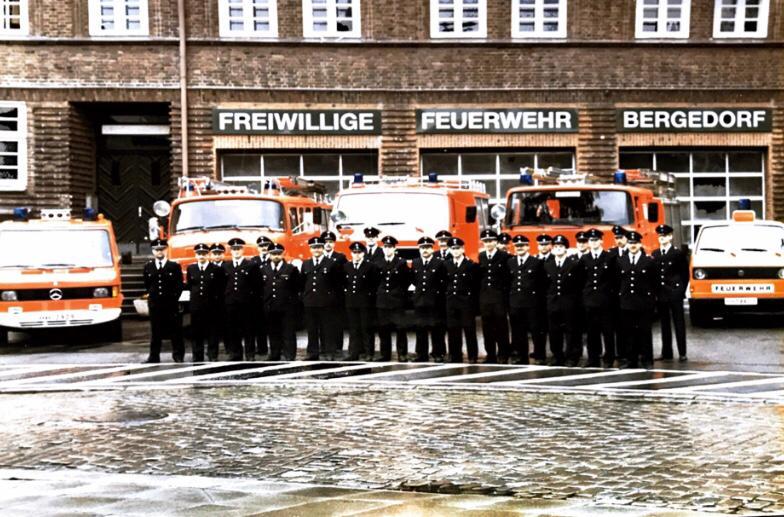 Gruppenbilder der aktiven Einsatzabteilung im Jahre 1991 vor dem Gerätehaus der Freiwilligen Feuerwehr Bergedorf.